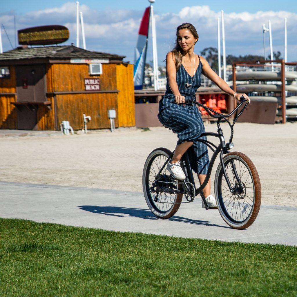 Frau Fährt im Sommer auf einem E-Bike