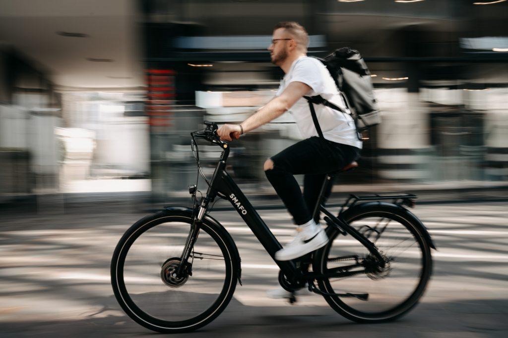 Mann fährt auf einem E-Bike